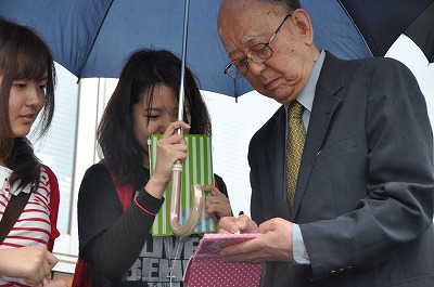 サインの応じる鈴木章先生