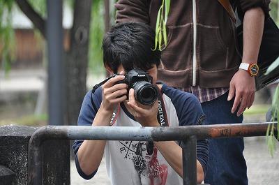 カメラを構える学生さん