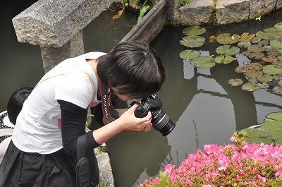 花を撮影する学生さん