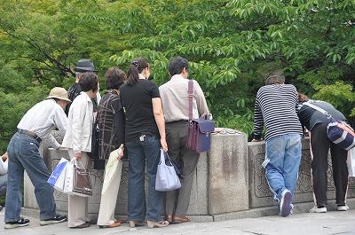 川の覗く人々