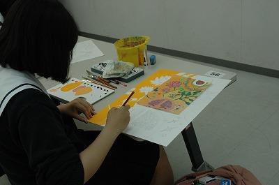 絵を描く女子高生