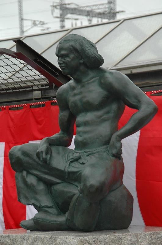 ブロンズ像「吉備の冠者(かじゃ)」斜め前から