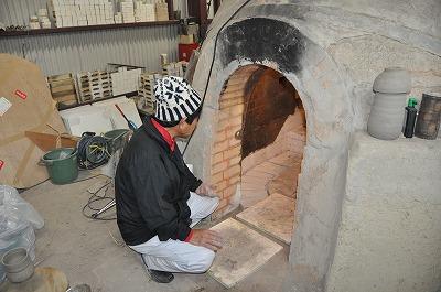 窯詰め作業中の岡田先生
