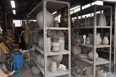 棚に並べられた陶芸作品