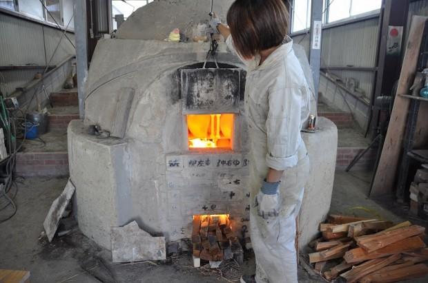 窯焚き作業をする学生さん