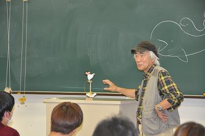 小黒三郎さんがデザインされた組み木を説明する様子