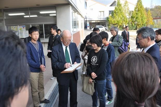 サインを書く鈴木章先生