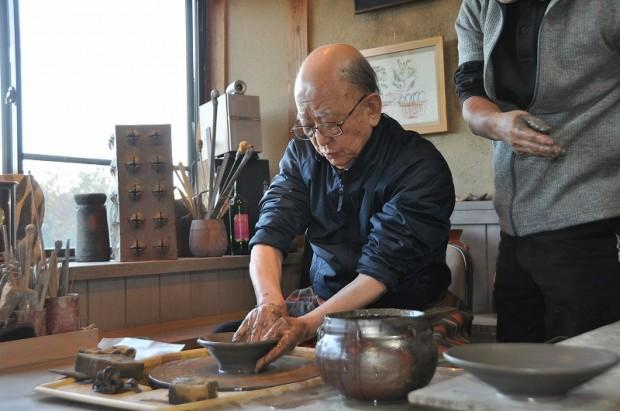 陶芸をする鈴木章先生