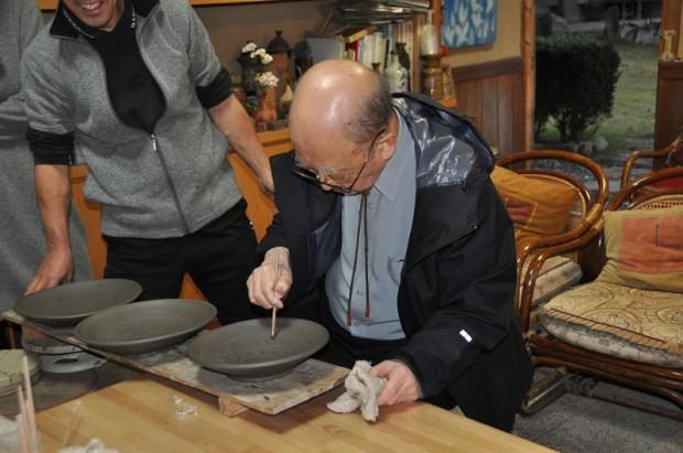 陶芸作品に言葉と記す鈴木章先生