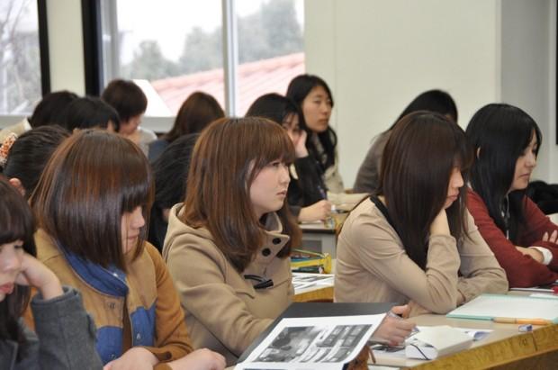 聴講する女子学生