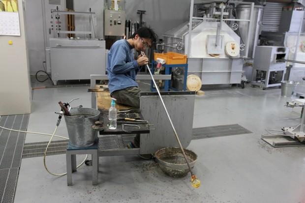 妖精の森ガラス美術館ガラス工房で吹きガラスをする三浦和さん
