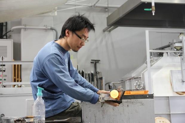 ガラスの形を整える三浦和さん