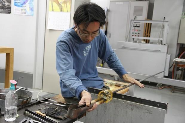 ガラス作品を制作中の三浦さん