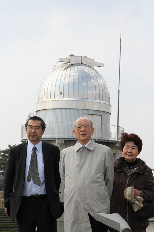 天文台をバックに撮影