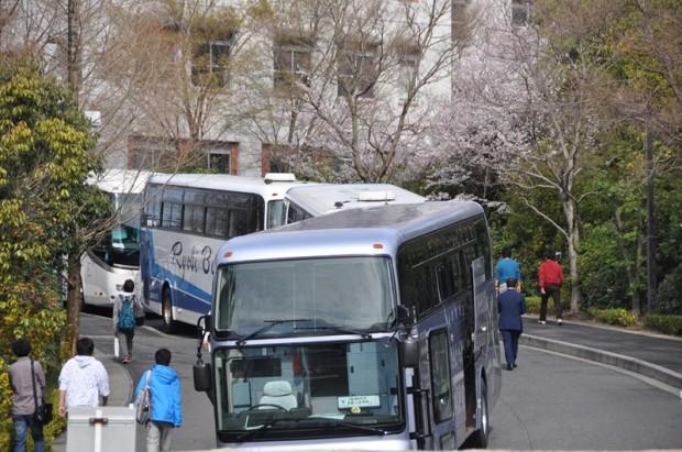 新入生一泊研修に出かけるバス