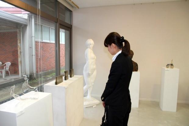 霞祭展示作品を見ている新入生