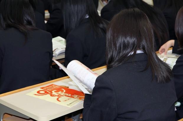資料を見る岡山県美作高等学校の学生さん