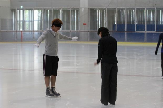 スケート靴で立つ練習