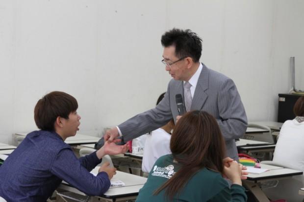 食欲増進させるツボを押す内田先生