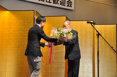 加計副理事長から花束を贈呈されている添田学長