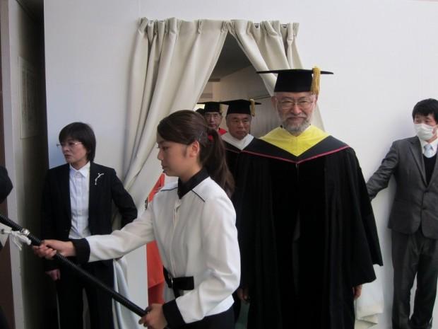 入場の旗手を務めた壬生川さんと唐木英明学長