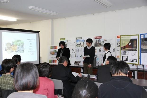 プレゼンテーションする学生