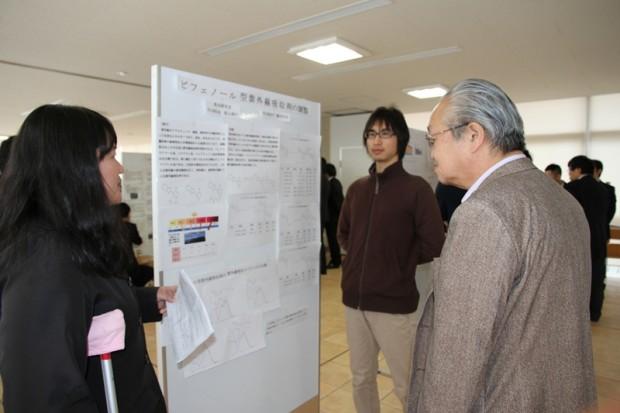 卒業研究発表を聴く大塚先生