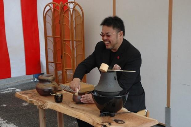 お茶を点てる中西圭三さん