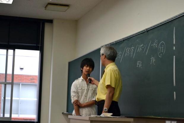 濱家先生にマイクを向けられる男子学生