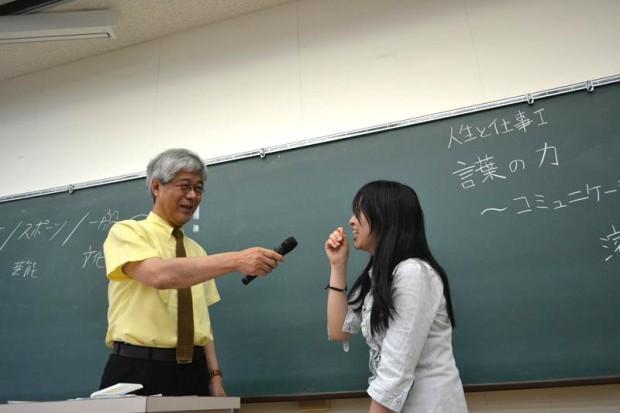 濱家先生にマイクを向けられる女子学生