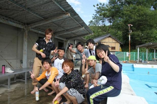 プール清掃に参加したボランティア学生9名
