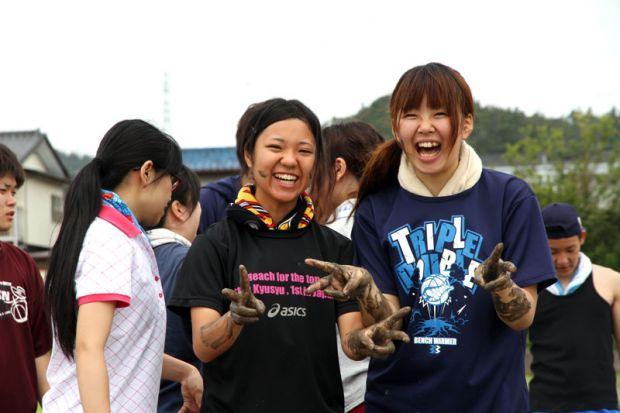 泥のついた女学生
