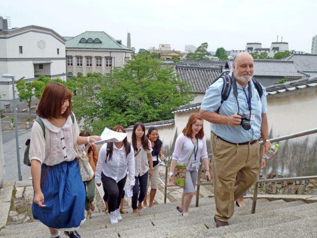 倉敷美観地区の階段を登る