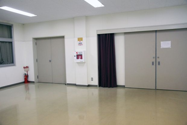 体育館1階アリーナ入口に設置されたAED
