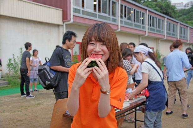 スイカを美味しく食べる学生さん