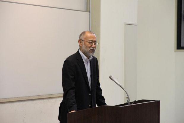 特待生認定式で挨拶する唐木英明学長