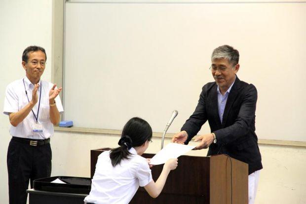 認定賞を手渡す田中先生