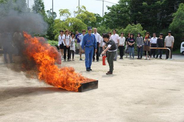 燃える火に消火器を噴射