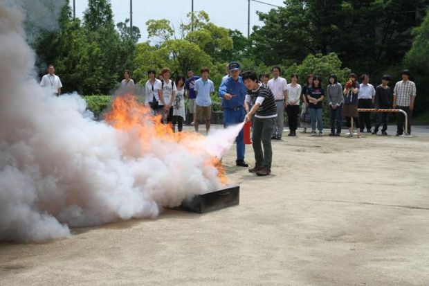 消火器を噴射する学生さん