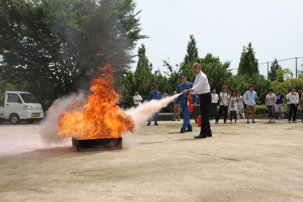 消火器を噴射する唐木学長