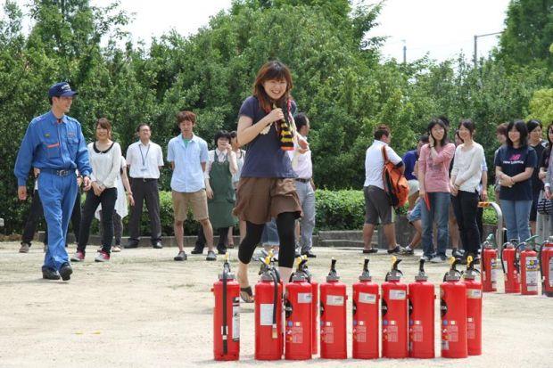 消火器を取りに行く女子学生