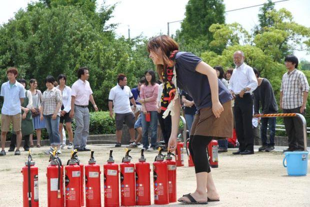 消火器を選ぶ女子学生