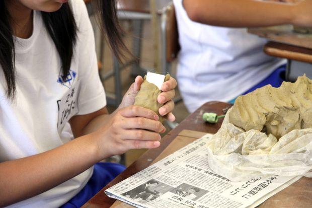 芯材に粘土を付ける様子