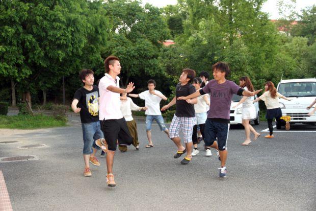 「OH!代官ばやし」踊りの練習をする学生さん