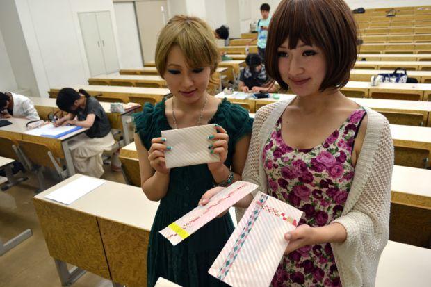 手紙を持つ女子学生2人