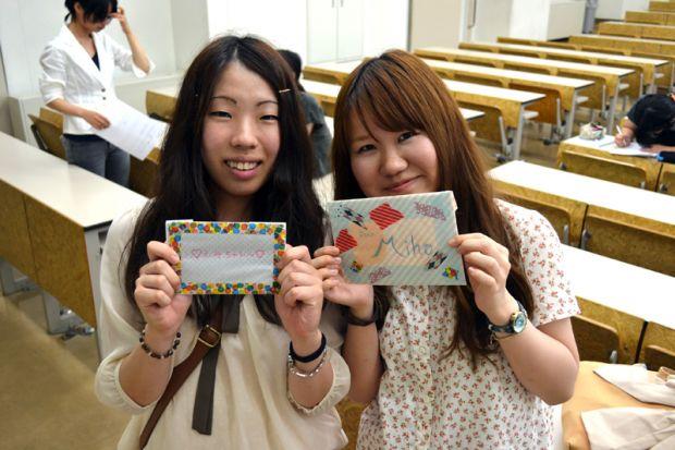 笑顔の女子学生2人