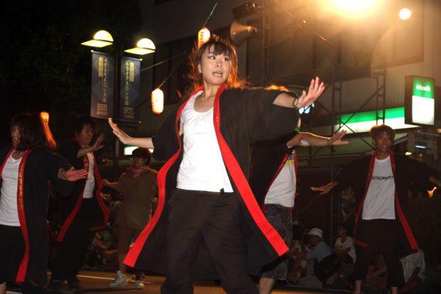 踊る女子学生