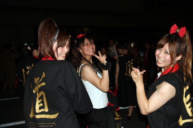 踊りを終えた後の女子学生