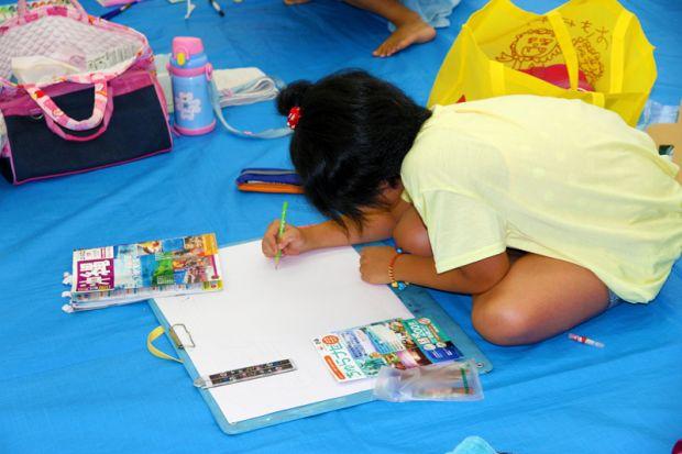 一生懸命絵を描く小学生