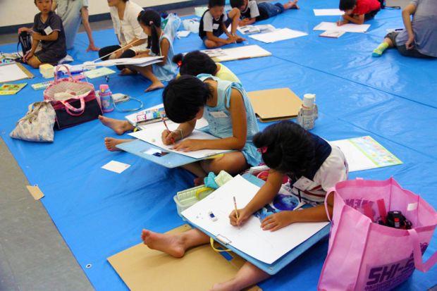 絵を描く小学生達